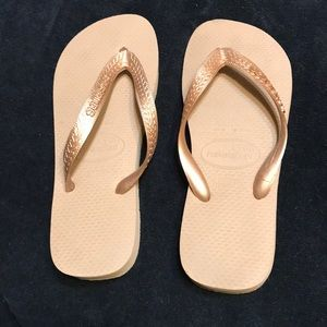 NWOT Gold Havaianas Size 8
